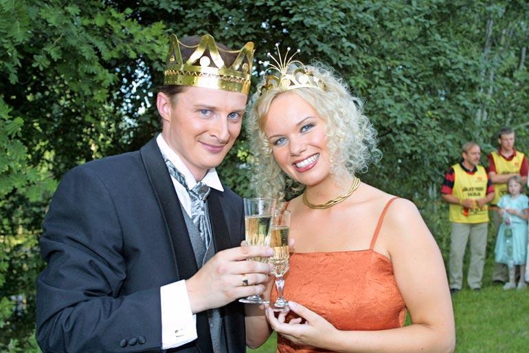 Erkki Räsänen valittiin Tangokuninkaaksi vuonna 2001, jolloin kuningattareksi kruunattiin Mira Sunnari.