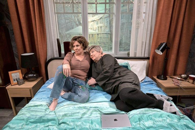 Makkari-sarjan tekeminen innosti Helin takaisin draaman pariin. Sängyllä pötköttelee myös Sanna-Kaisa Palo.
