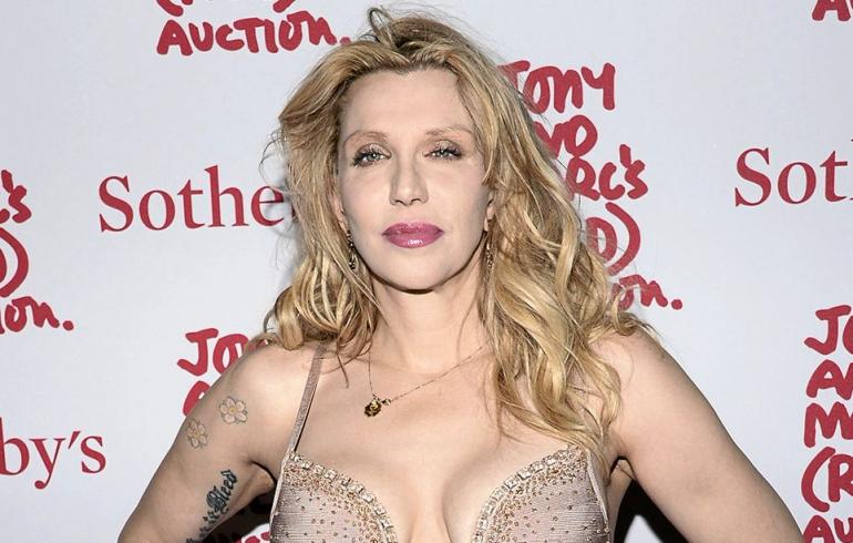 """Malesialaiskoneen """"löytänyt"""" Courtney Love ei pysähdy - nyt löytyi penis, liukuvoide ja miestissit!"""