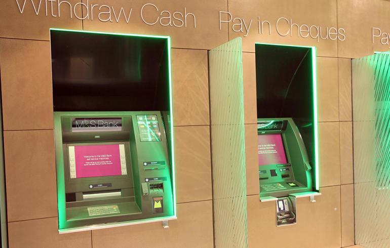Mies yritti harrastaa seksiä pankkiautomaatin kanssa - kuva!