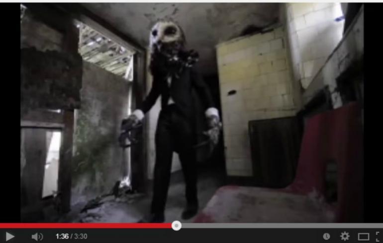 Huh, tässäkö vuoden karmivin käytännön pila: pöllöhirviö säikäytti autiotalossa – video!