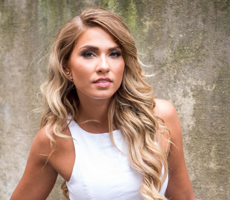 Miss Suomi Rosa-Maria julkaisi meikittömän bikinikuvan – wau, mikä rusketus!