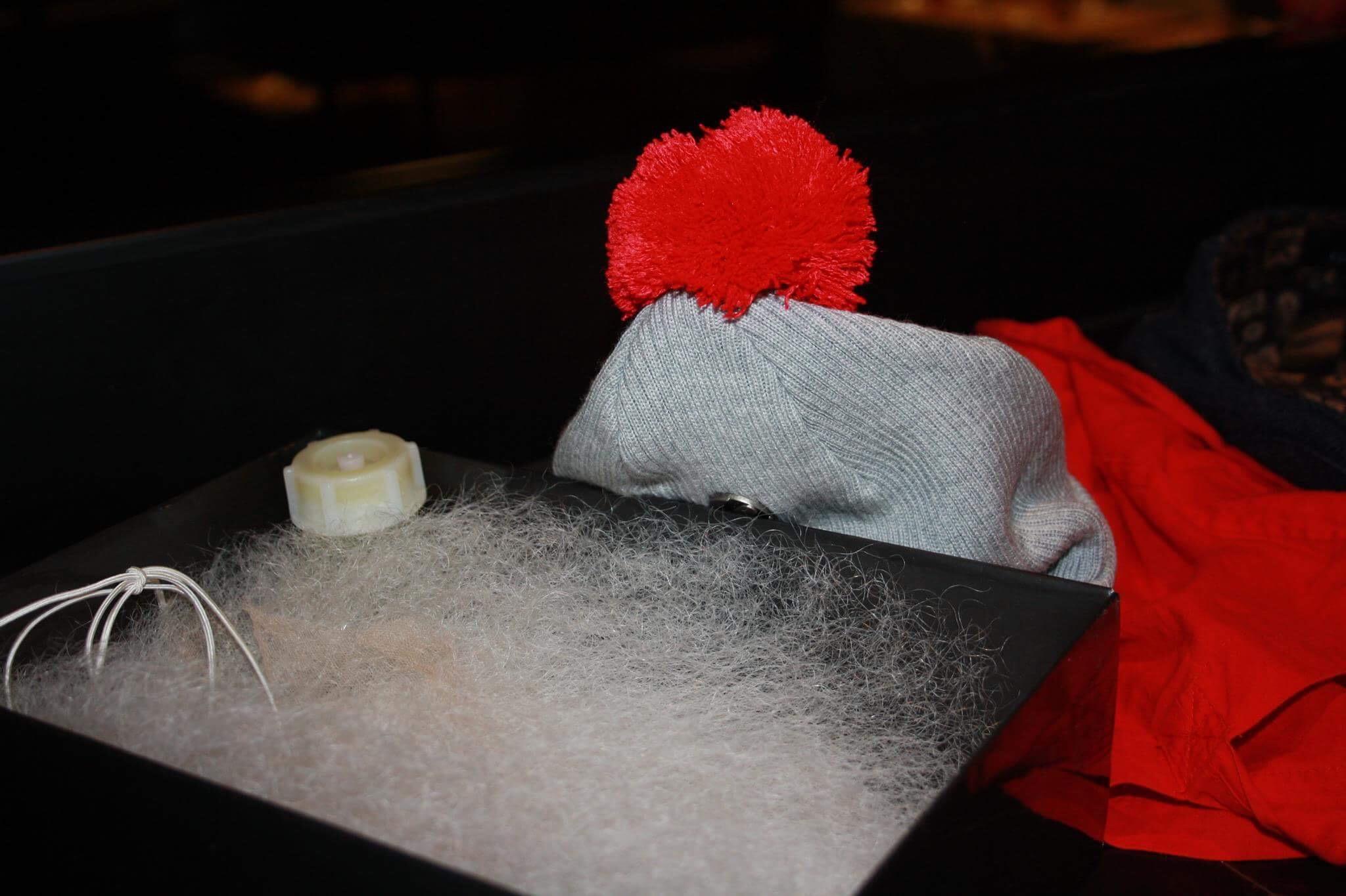 Parta ja pipo ovat Brother Christmasin tavaramerkit. Illalla hyväntekijä saapuu Linnan juhliin ilman tuttua nuttua.