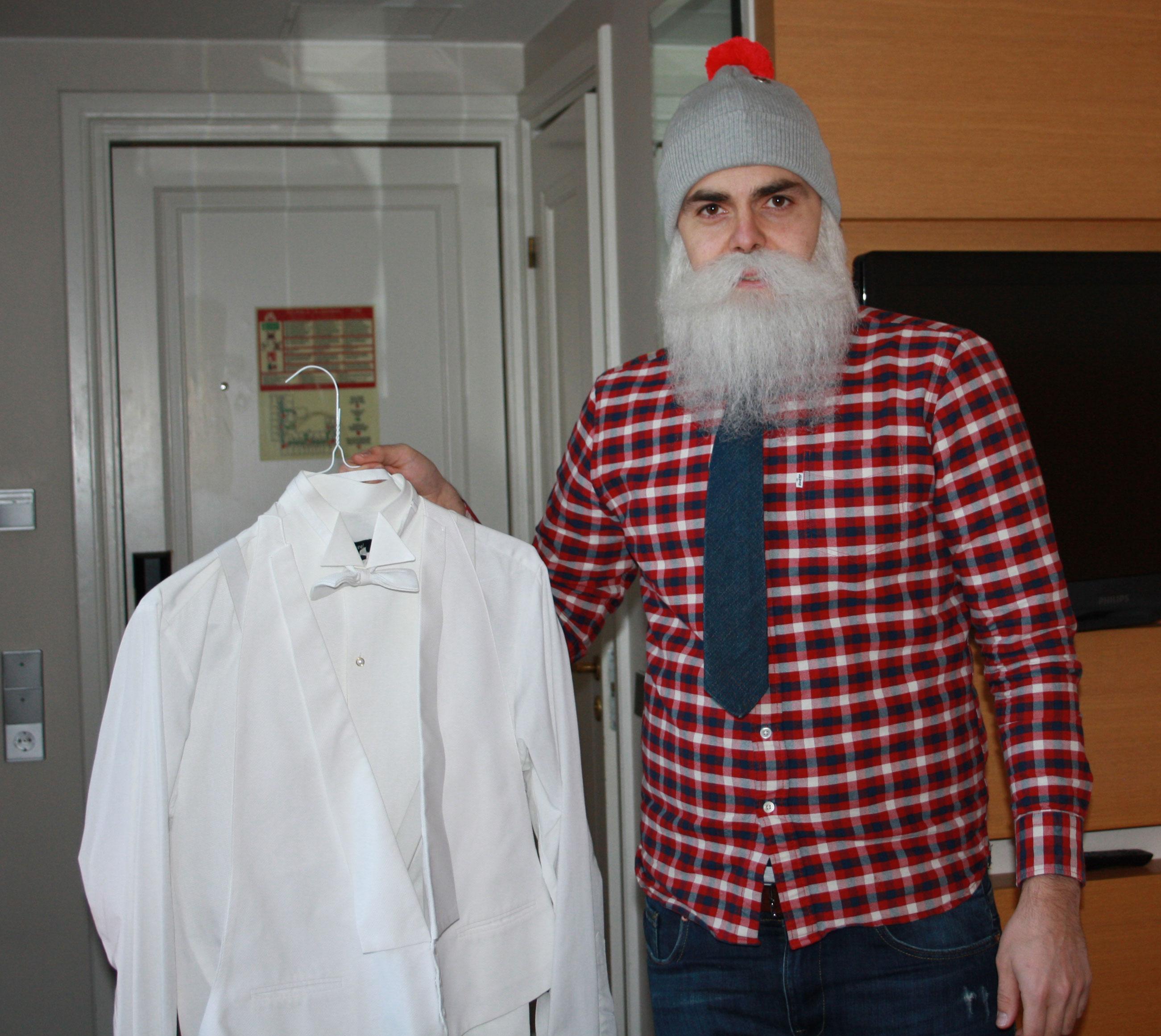 - Onneksi minulla on pukeutumisavustaja, joka tulee auttamaan minua frakin kanssa.