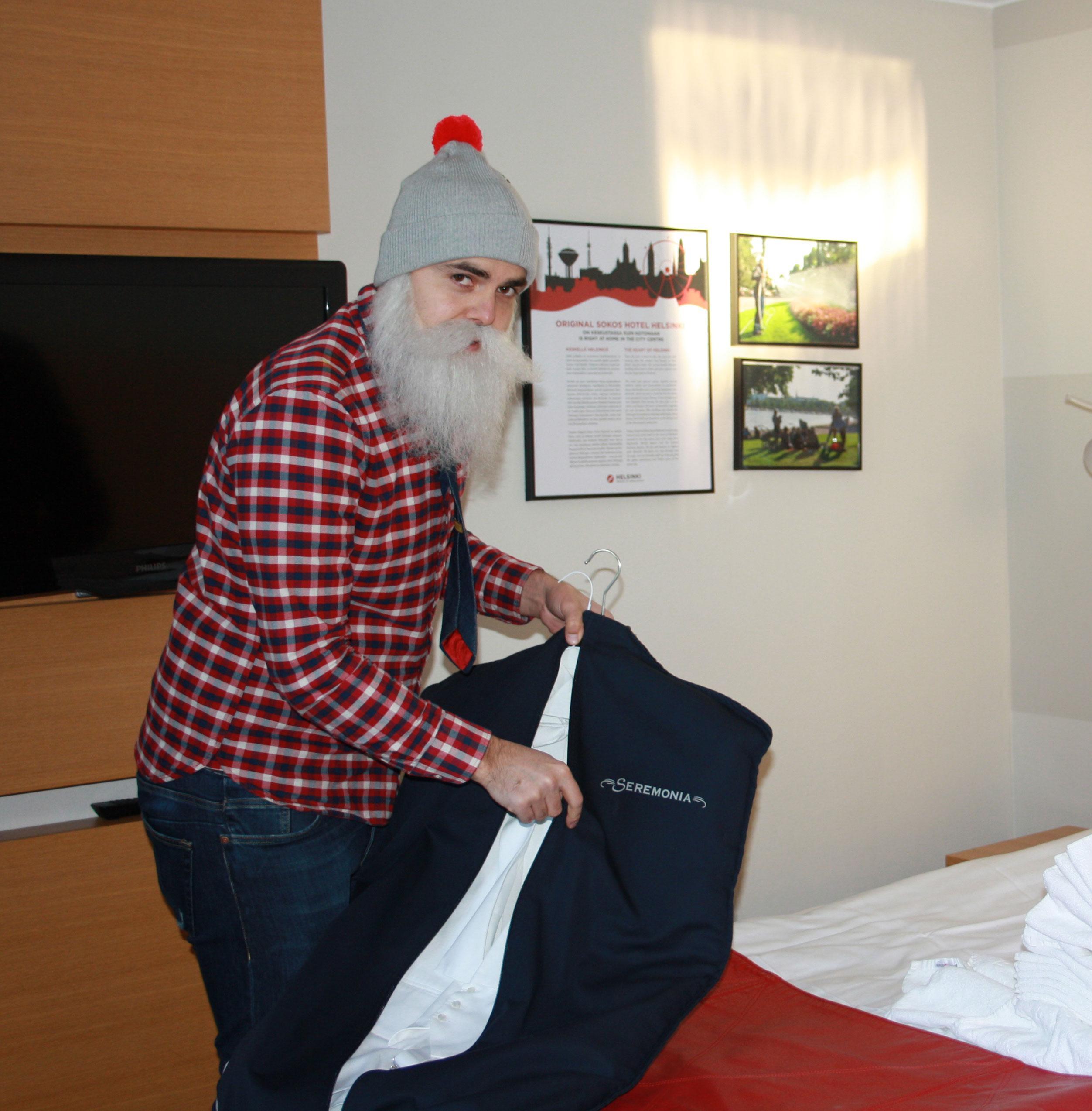 Brother Christmas pukeutuu Linnaan etiketin mukaisesti tummaan frakkiin. - Minulla ei ole koskaan aiemmin ollut frakkia päällä, hän kertoi.