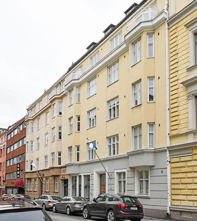 Antti muutti huhtikuussa 2016 Lili-vaimonsa ja Luna-tyttärensä kanssa asumaan Helsingin Kaartinkaupunkiin. Antti asuu perheensä kanssa hulppeasti 175-neliöisessä asunnossa, jossa on neljä huonetta, halli, kaksi kylpyhuonetta ja sauna.