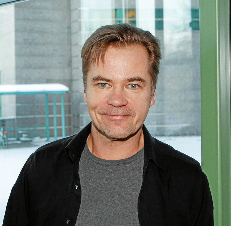 Carl-Kristian Rundman näyttelee hallintojohtaja Olavi Kaskelaa, joka iskee silmänsä Lena Meriläisen esittämään Lenitaan.