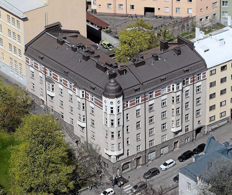 Perhe asuu Helsingin Kalliossa 71-neliöisessä kaksikossa. Sykkeessä Iina näyttelee sairaanhoitaja Iiristä, jolla on salainen menneisyys prostituoituna.