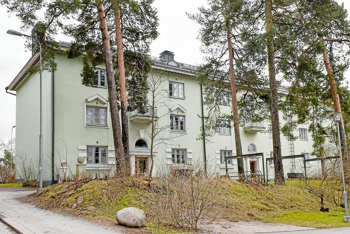 Lauri on asunut perheensä kanssa vuodesta 2015 lähtien Helsingin Käpylässä 90-neliöisessä kerrostaloasunnossa, jossa on kolme huonetta ja keittiö.