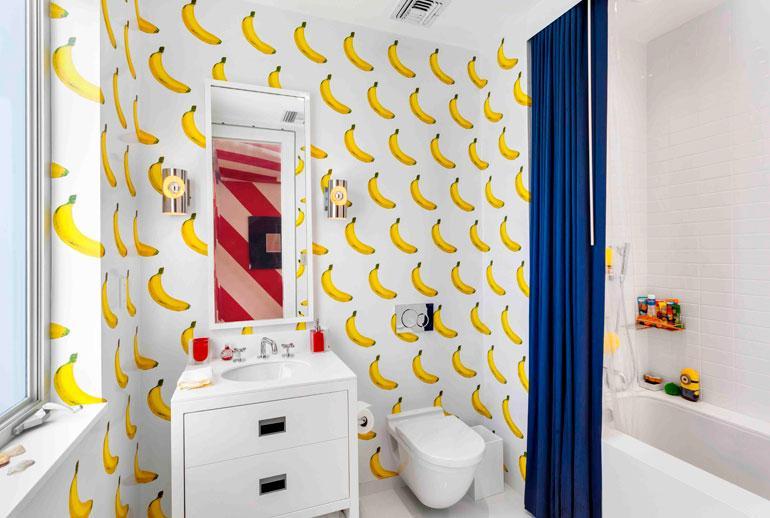 Vierashuoneiden wc-tiloissa on hedelmäteemaiset tuoksutapetit. Raapaise ja haista!