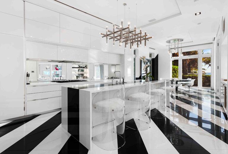 Keittiö lukeutuu talon harvoihin maltillisesti sisustettuihin huoneisiin.