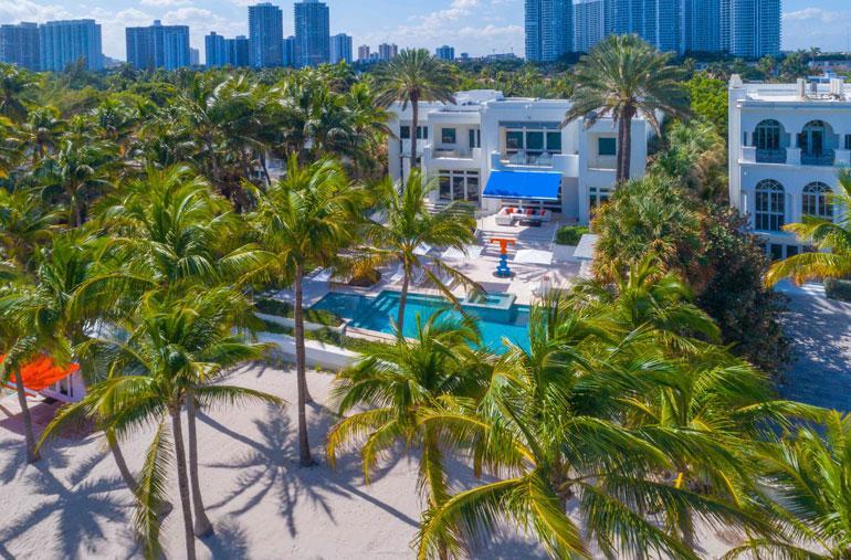 Tonttiin kuuluu palmujen reunustama yksityinen uimaranta. Takapihalla on spa-alue.