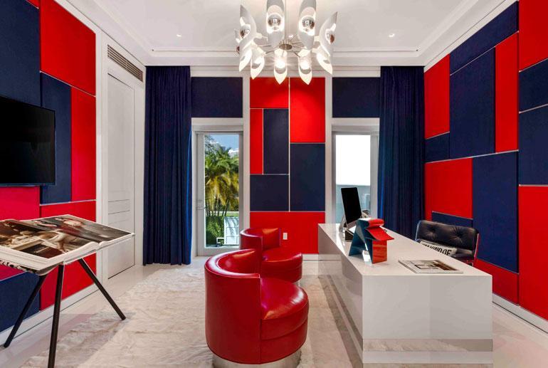 Tommyn työhuoneessa on hänen nimeään kantavasta vaatemerkistä tutut värisävyt.