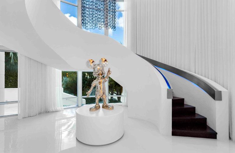 Talon portaikko leijuu kuin ilmassa. Mikki ja Minni Hiiri -taide toistuu ympäri taloa.