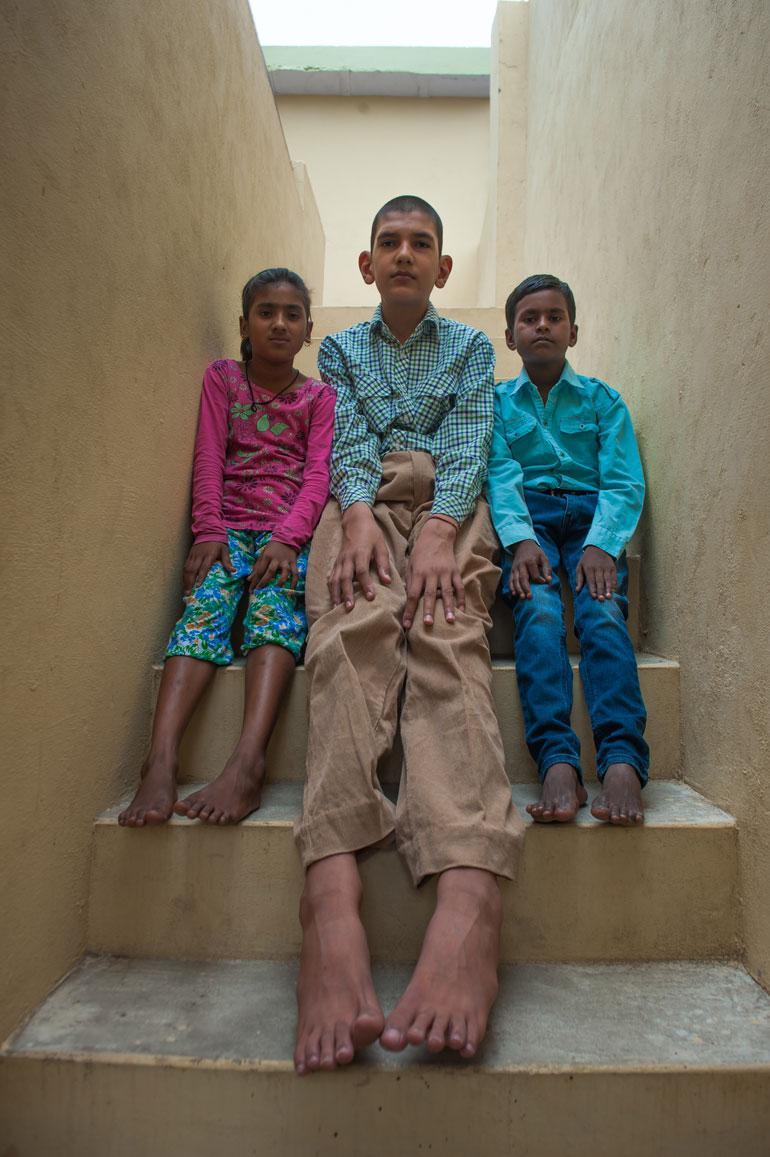 Karanin kengän koko on jo nyt 47, ja ajoittain perhe joutuu teettämään pojalle kenkiä, sillä paikallisista kaupoista ei löydy hänen kokoaan.