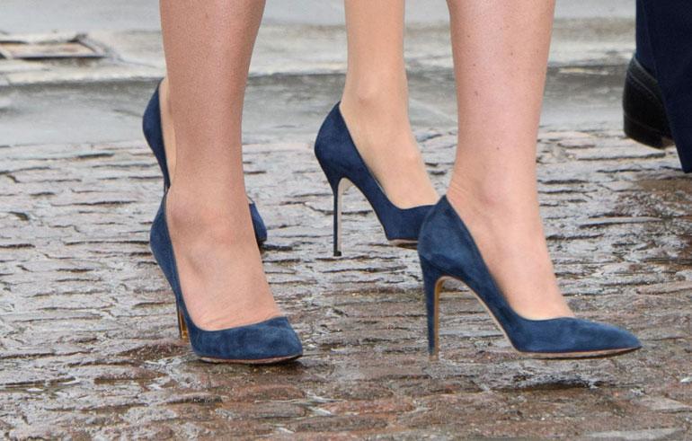 ...ja kaunottarilla oli jopa täysin identtiset kengät.