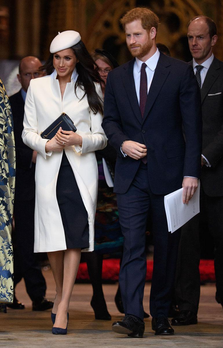 Maanantaina (12.3.) Meghan edusti prinssi Harryn käsipuolessa valkoisessa jakussa.