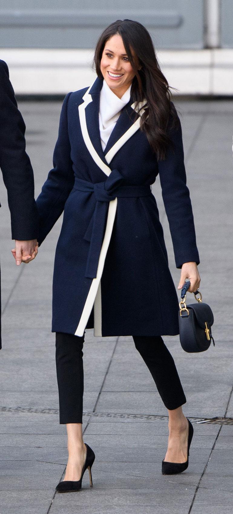 Naistenpäivänä (8.3.) Meghan nähtiin J. Crewn tyylikkäässä sinivalkoisessa villakangastakissa.