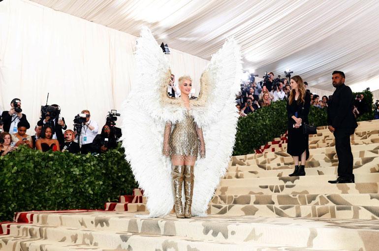 Katy Perryn asu oli Versacen.