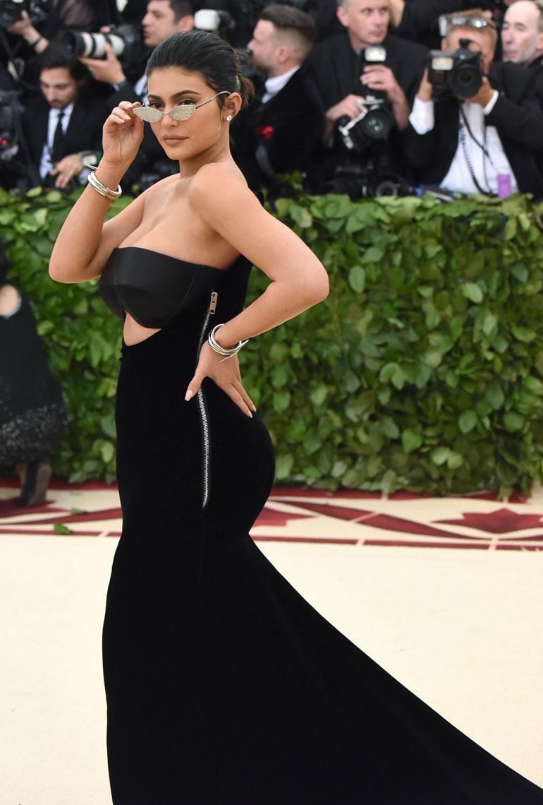 Kylie Jenner esitteli kurvejaan Alexander Wangissa.