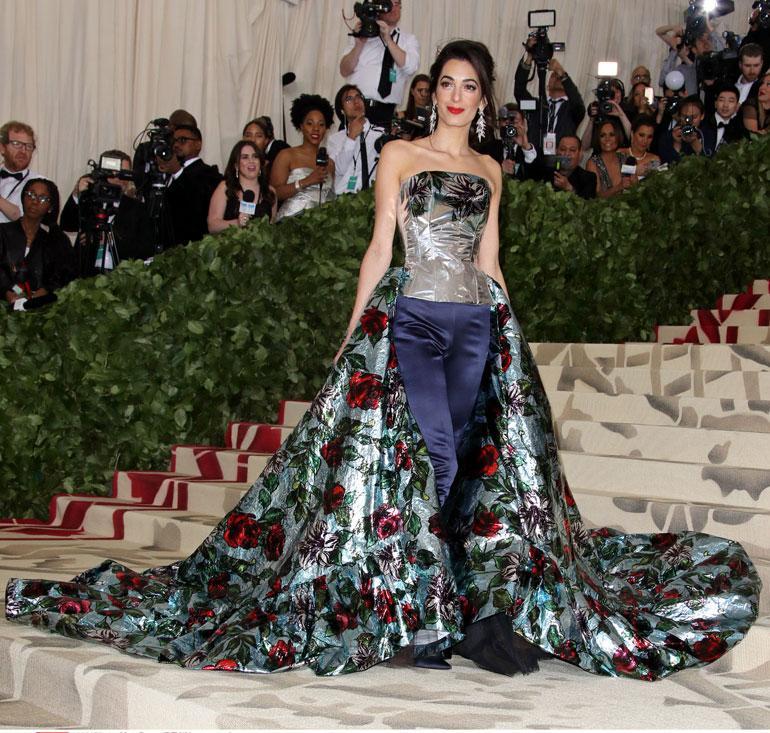 Amal Clooney oli pukeutunut Richard Quinnin erikoiseen housut ja laahuksen yhdistävään asuun.