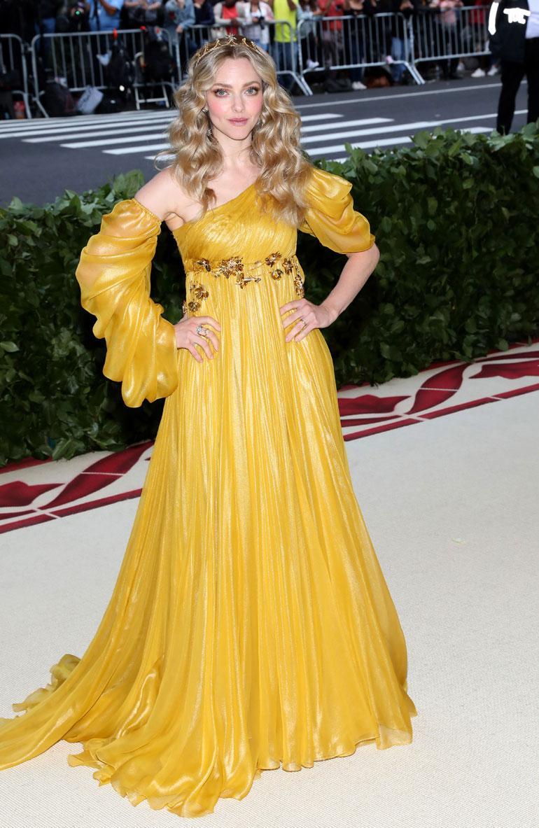 Amanda Seyfried säväytti trendikkäässä sinapinkeltaisessa mekossa, joka oli Pradan käsialaa.