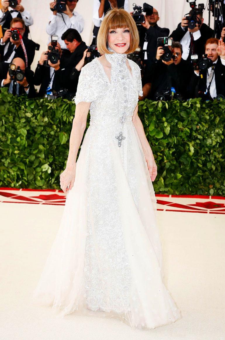 Anna Wintour luotti Chaneliin. Huomaa iso ristikoru.