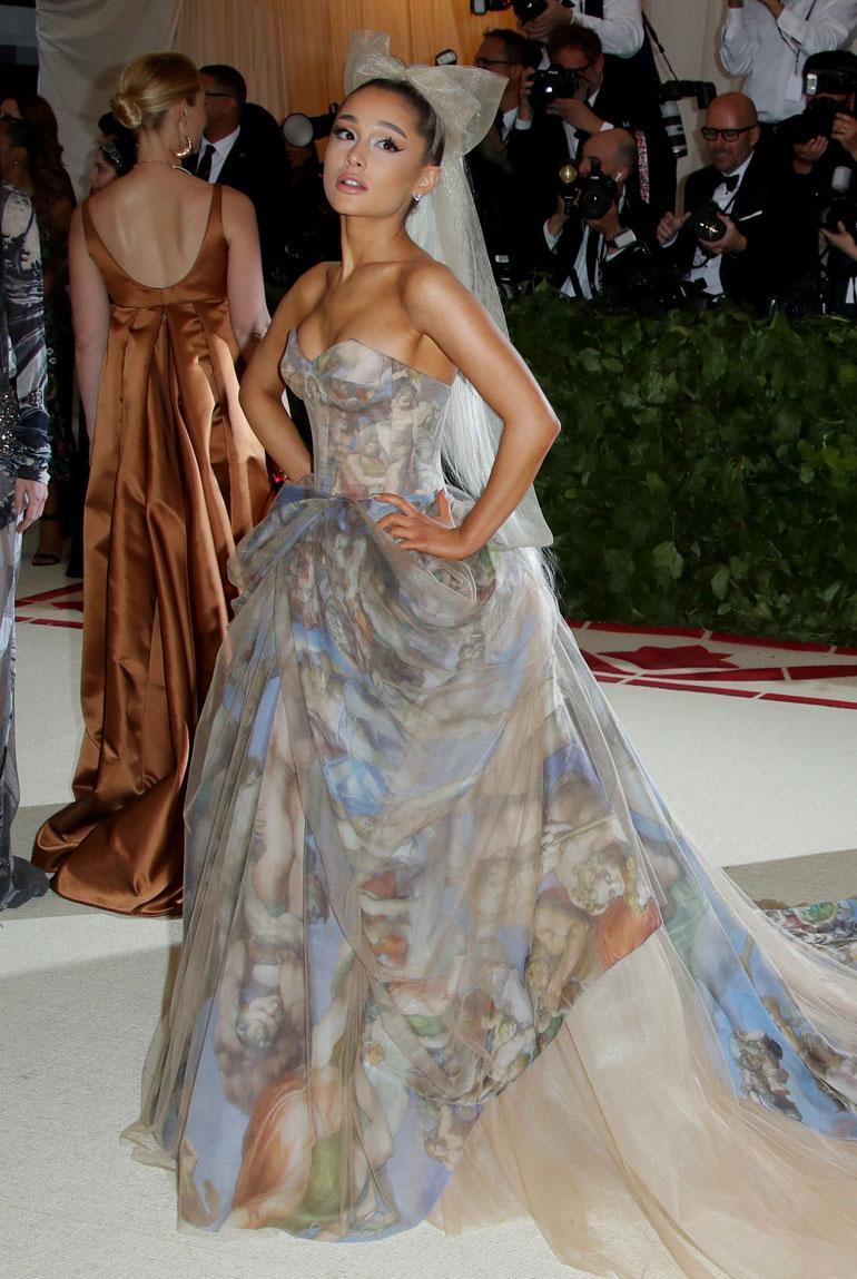 Ariana Granden hempeästä Vera Wangin iltapuvusta tuli selvät morsian-vibat, onhan Wang kuuluisa nimenomaan hääpuvuistaan.