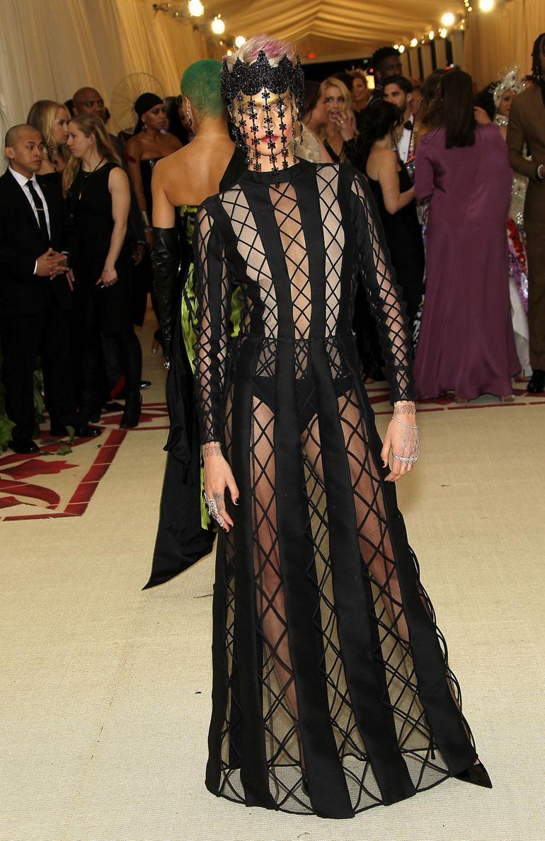 Cara Delevingne hätkähdytti dramaattisessa Diorin asussa.