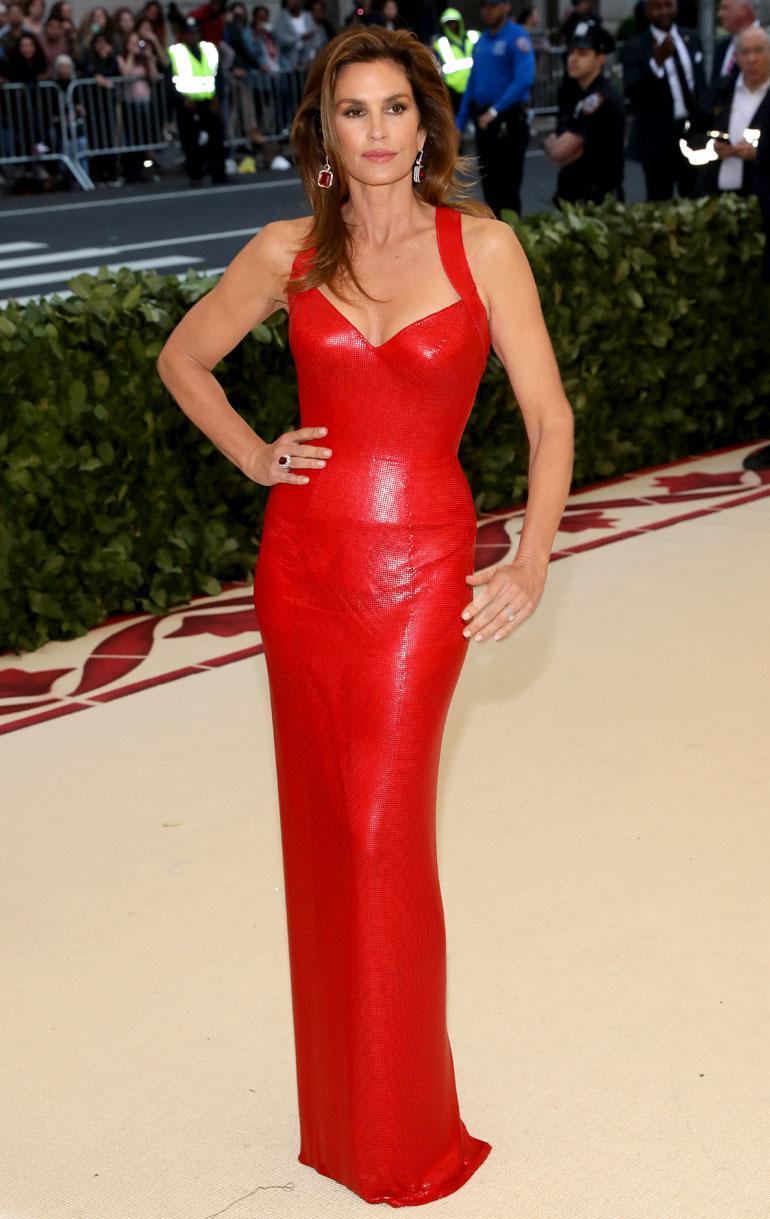 Cindy Crawford käänsi katseita vartaloa nuolevassa Versacen asussa.