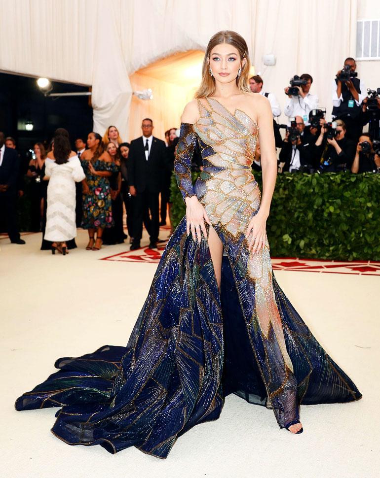 Gigi Hadid luotti monen muun tavoin Versaceen ja näytti upealta.