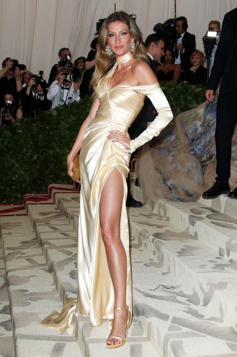 Myös Gisele Bündchen ihastutti Versacen vartaloa nuolevassa asussa, jossa oli huikea halkio.