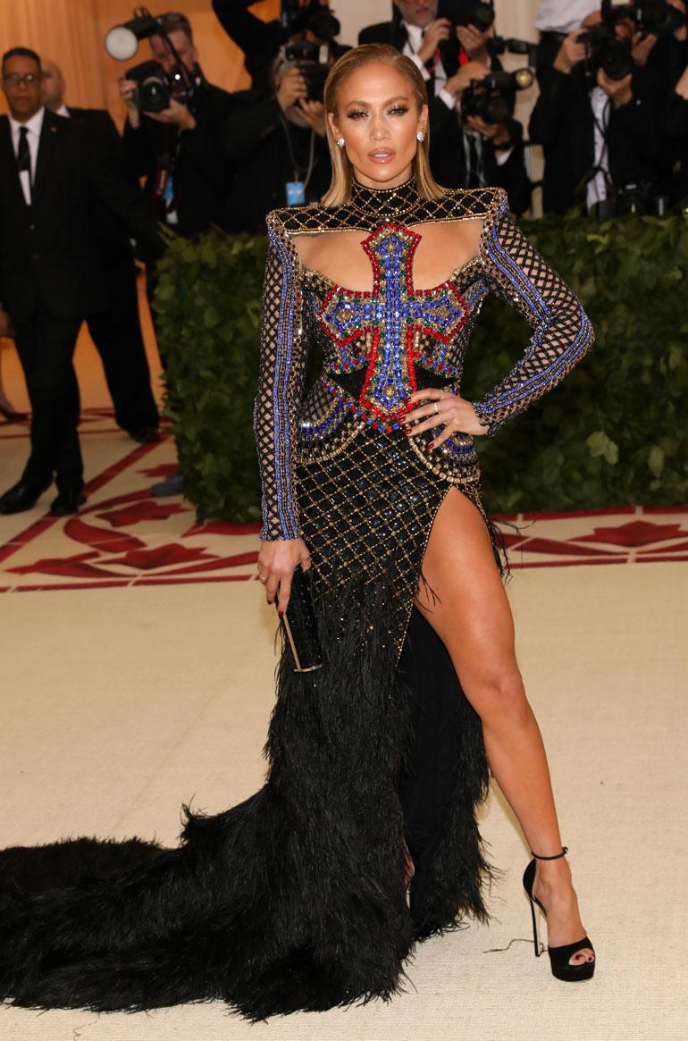 Jennifer Lopez tyylilleen uskollisena räväkässä Balmainissa.