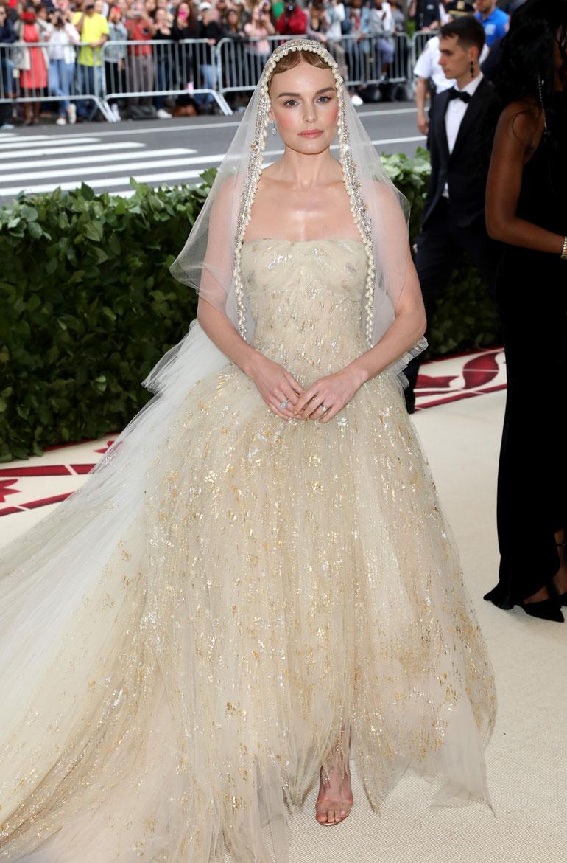 Kate Bosworth oli aivan kuin morsian Oscar de la Rentan asukokonaisuudessa.