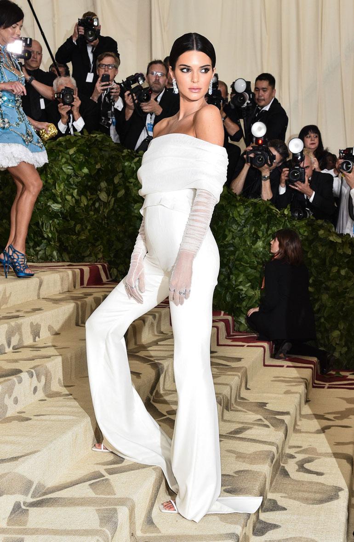 Kendall Jenner yllätti enkelimäisessä, mutta peittävässä Virgil Ablohin housupuvussa.