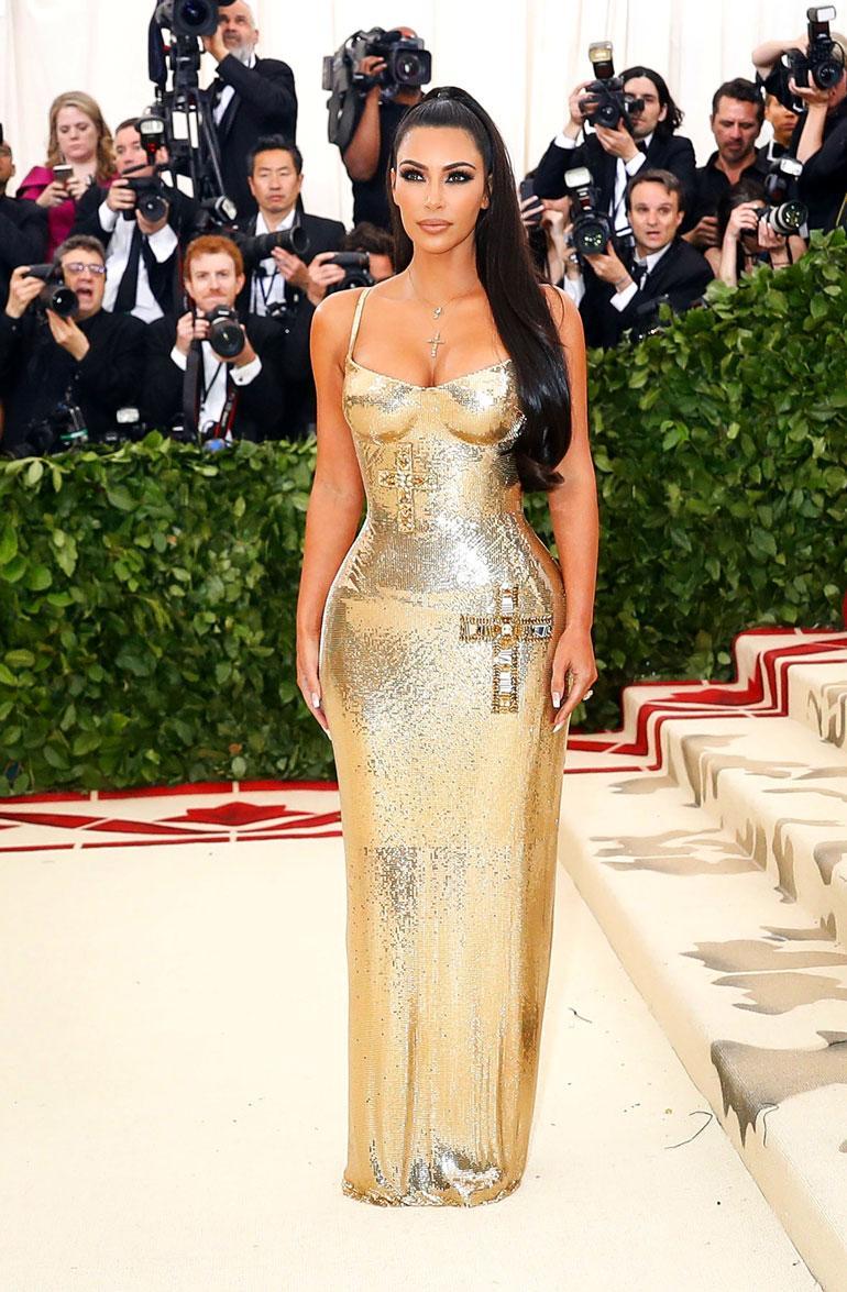 Kim Kardashianin kultainen Versacen mekko korosti - yllätys yllätys - hänen kurvejaan.