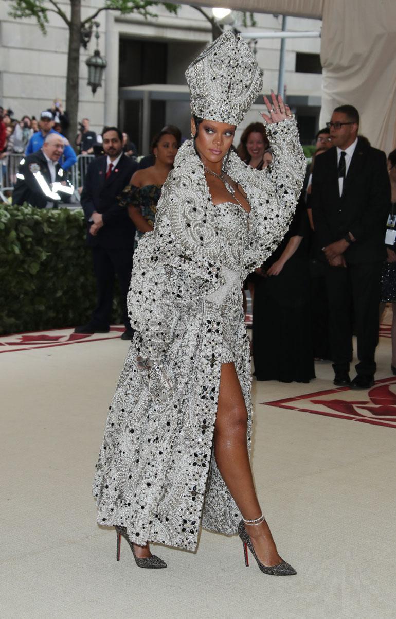Rihannan paavihenkisen lookin takana oli Maison Margiela.