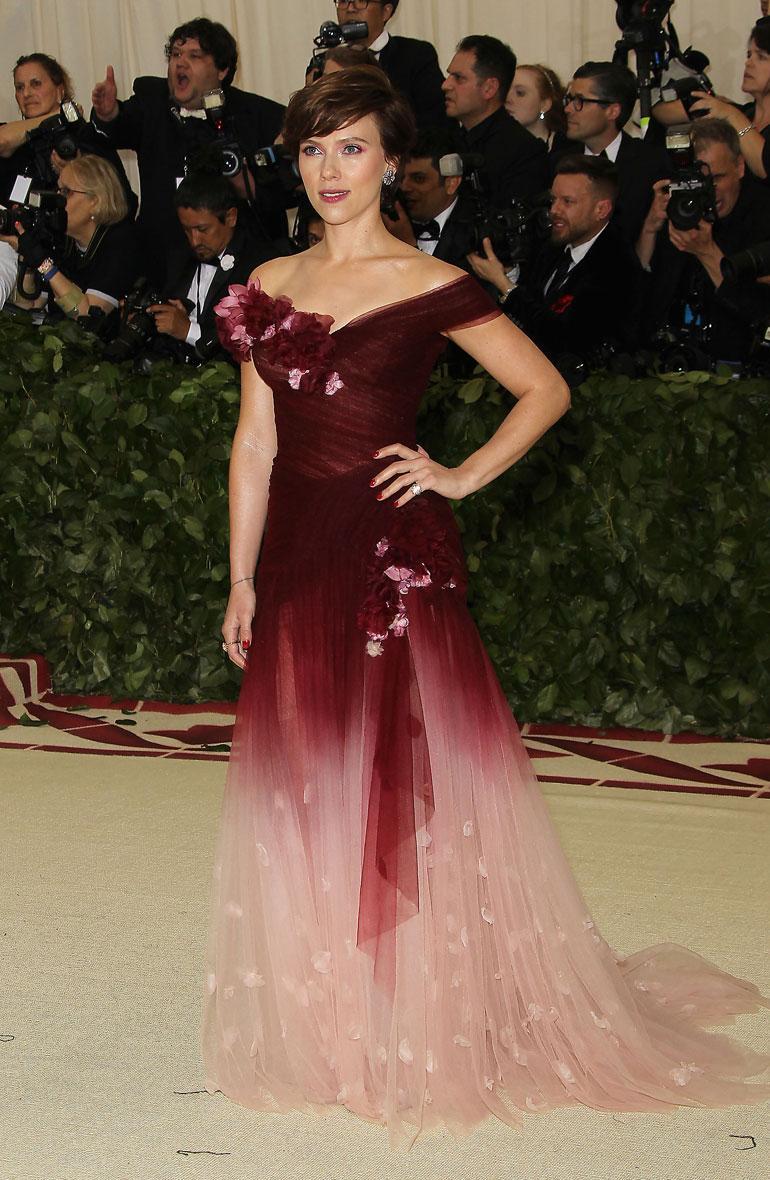Scarlett Johansson ei näyttänyt yhtään itseltään punasävyisessä Marchesan puvussaan.