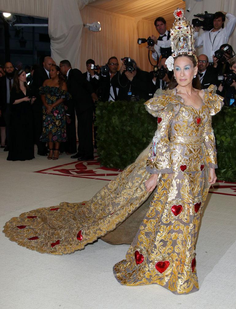 Sarah Jessica Parker oli yksi paavin kopioijista Dolce Gabbanan luomuksessa.