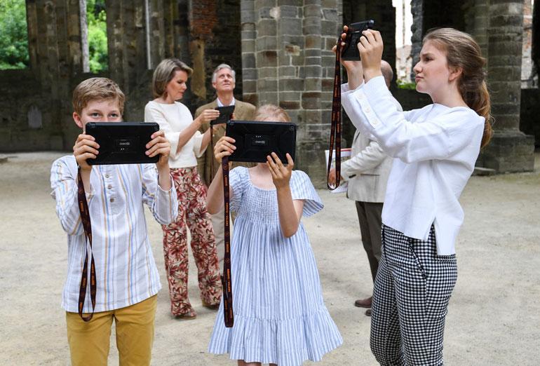 Belgian hallitsijapari Philippe ja Mathilde vei kesälomalla lapsensa, prinsessat Elisabethin, 16, ja Eleonoren, 10, sekä prinssit Gabrielin, 15, ja Emmanuelin, 12,  katsomaan Villersin sisterssiläisluostaria. Valokuvaus vaikutti olevan koko perheen intohimo!