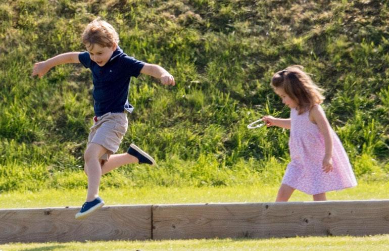 Prinssi George, 5, ja prinsessa Charlotte, 3, pääsivät äitinsä, Cambridgen herttuatar Catherinen kanssa seuraamaan isänsä, prinssi Williamin hyväntekeväisyyspoolomatsia. Ottelu ei lapsia kiinnostanut, vaan vapaus juosta ja riehua pitkin pientareita.
