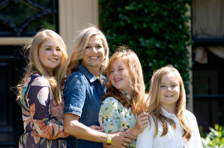 Hollannin hallitsijaparin Willem-Alexanderin ja Maximan suloiset tyttäret, prinsessat Amalia, 14, Alexia, 13, ja Ariane, 11, antoivat yleisölle vuosittaisen kesäkuvan kotilinnansa pihassa Wassenaarissa. Äitikin pääsi kuvaan!