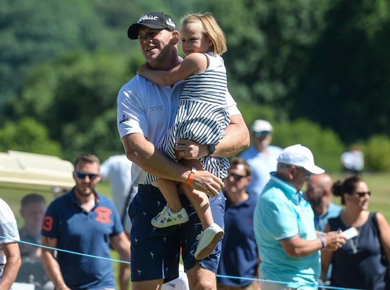 Prinsessa Annen vävypoika Mike Tindall otti esikoistyttärensä, neljävuotiaan Mian mukaansa golfkentälle. Miasta tuli kesäkuussa Lena-vauvan isosisko.