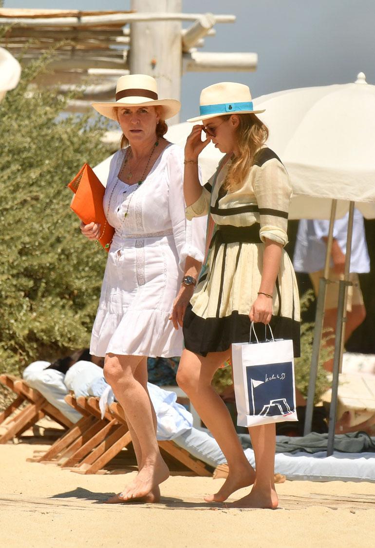 Prinssi Andrew'n ex-vaimo Sarah Ferguson vietti laatuaikaa esikoistyttärensä, prinsessa Beatricen kanssa suosikkikohteessaan Saint Tropez'ssa. Äiti ja tytär lounastivat ystäväseurueen kanssa tyylikkäässä Le Club 55 -rantaravintolassa.