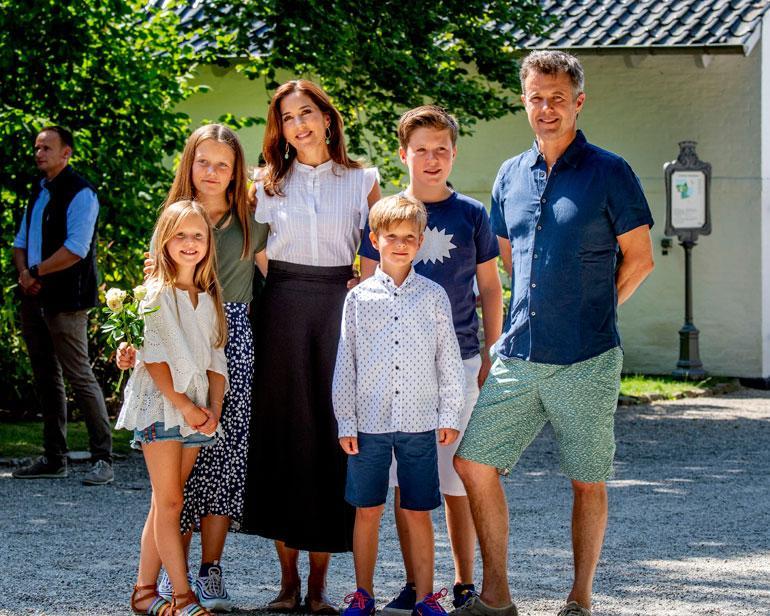 Tanskan hovin neljän sisarusparvi prinssit Christian, 12, ja Vincent, 7, sekä prinsessat Isabella, 11, ja Josephine, 7, keskeytti kesälomansa ja poseerasi medialle vanhempiensa, kruununprinssipari Frederikin ja Maryn kanssa Gråstenissa hovin kesälinnassa.