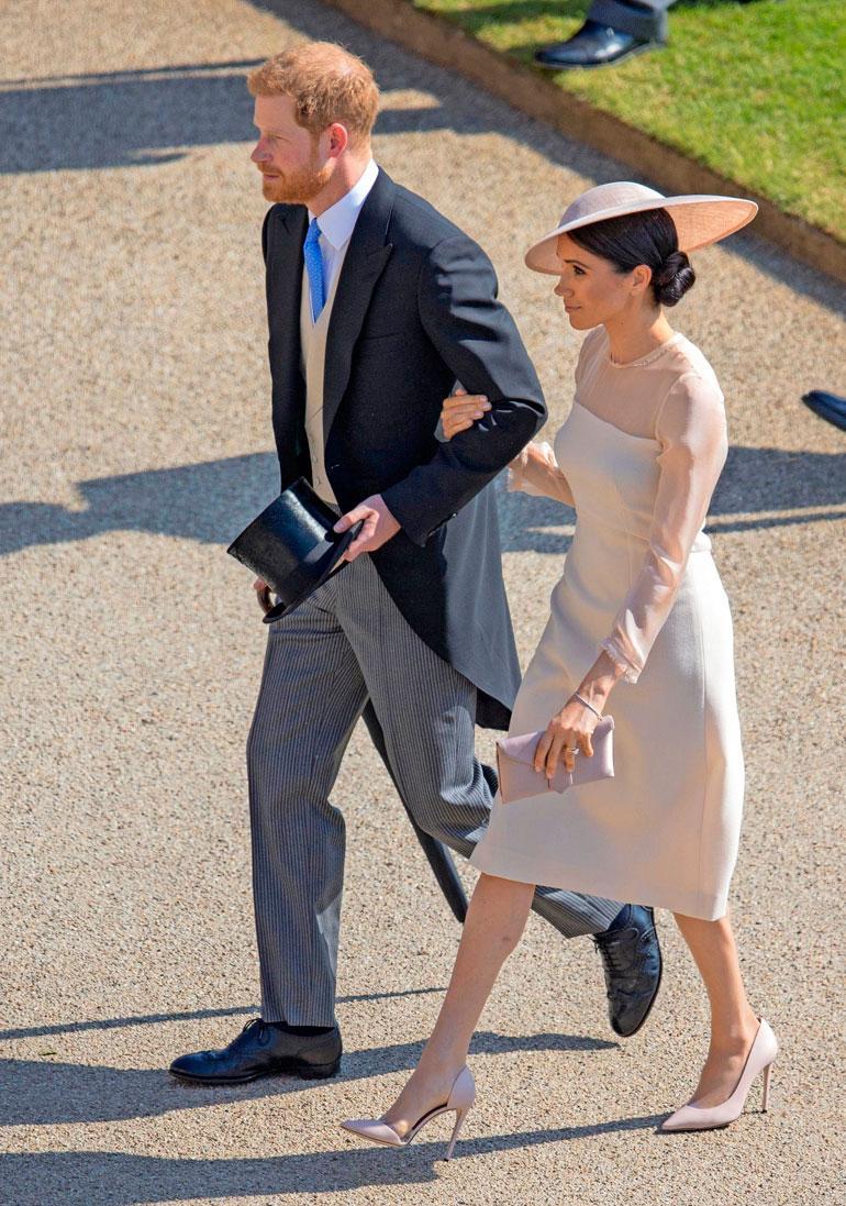 Buckinghamin palatsin puutarhajuhliin Meghan valitsi Goatin leningin, Philip Treacyn hatun, Wilbur ja Gusslen silkkilaukun ja Tamara Mellonin kengät.