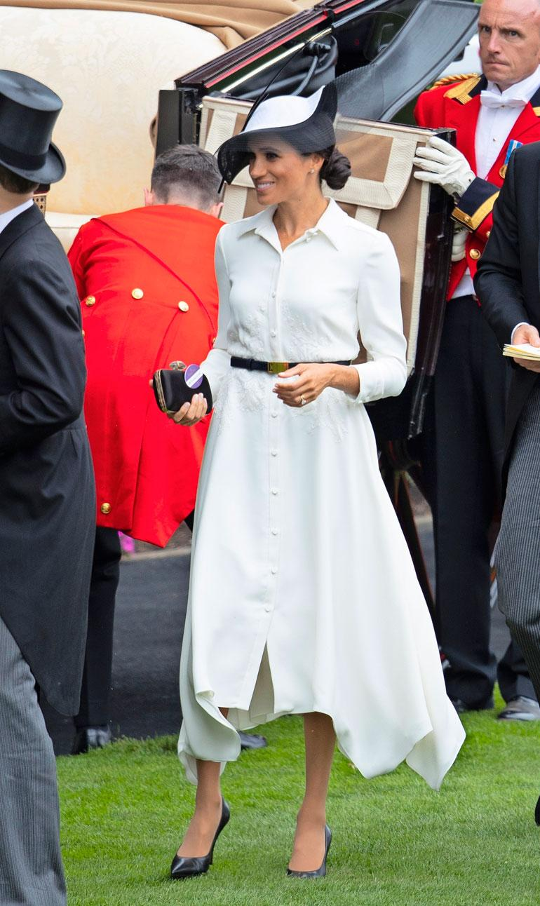 Ascotin laukkakilpailuissa Meghan debytoi Givenchyn paitamekossa. Myös asusteet ovat samalta muotitalolta. Hattu on Philip Treacyn luomus.