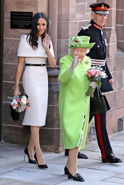 Kuningatar Elisabetin kanssa Meghan edusti Givenchyn mekossa, vyössä ja käsilaukussa sekä Sarah Flintin kengissä.