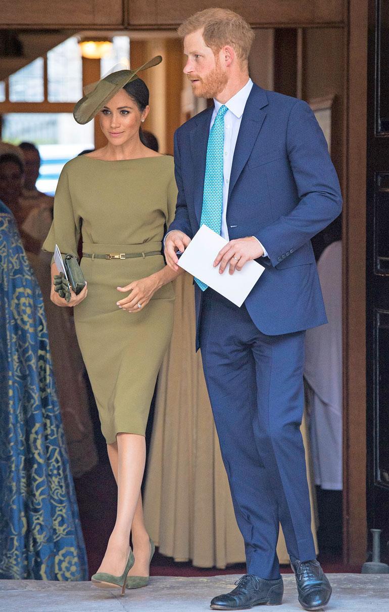 Prinssi Louisin ristiäisiin Meghan osallistui Ralph Laurenin oliivinvihreässä asussa. Lisäksi hänellä oli Mulberryn laukku, Cornelia Jamesin hansikkaat, Manolo Blahnikin kengät ja Stephen Jonesin hattu.