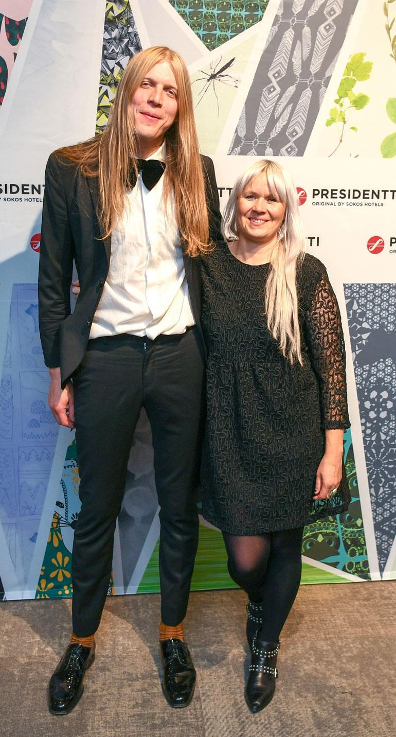 Taiteilija Paola Suhosen käden jälki näkyy uudistetun Presidentin sisustuksessa. Paola saapui avajaisiin yhdessä muusikkorakkaansa Olli Happosen kanssa.